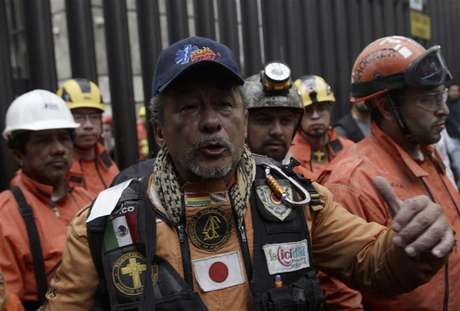 "A rescue worker from the Mexican rescue team known as ""Topos"" waves to the media after leaving the headquarters of state-owned oil giant Pemex, following a deadly blast, in Mexico City February 4, 2013. Mexican rescue workers found three more bodies over the weekend amid the rubble of the deadly blast that tore through state oil firm Pemex's main office complex, the government said, as search efforts appeared to near a close.The death toll from Thursday's explosion stands at 36, Pemex said via Twitter. Rescue workers had been digging through the last sections of the building's basement and could soon call off their search. One person was reported still missing."