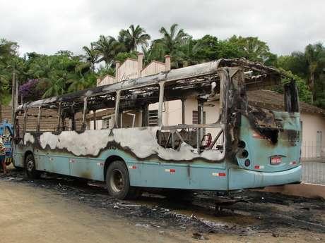 Segundo a PM, 35 ônibus já foram incendiados na onda de violência desde o dia 30 de janeiro Foto: Jaime Batista da Silva / vc repórter