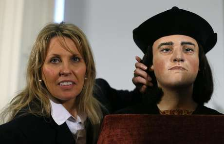 "Philippa Langley, originator of the ""Looking for Richard"" project, poses with a facial reconstruction of King Richard III at a news conference in central London February 5, 2013."