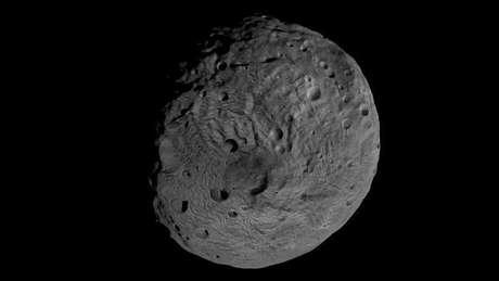 Un pequeño asteroide pasará la semana próxima más cerca de la Tierra que los satélites de televisión que orbitan el planeta, pero no hay posibilidad de que se produzca un impacto, dijo la NASA el jueves. En la imagen de archivo, el polo sur del asteroide gigante Vesta, difundida por la NASA en septiembre de 2011.