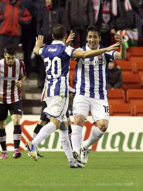Capdevila y Simao celebrando el gol de Héctor Moreno.