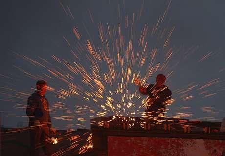 <p>Al llegar la medianoche en Pekín y toda China, los cielos se iluminaron con millones de fuegos de bengalas, y las calles se abarrotaron de gente en medio del ruido de los petardos, que según la creencia alejan a los malos espíritus.</p>