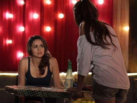 Morena passa mal e Waleska acha que a amiga está grávida Foto: TV Globo / Divulgação