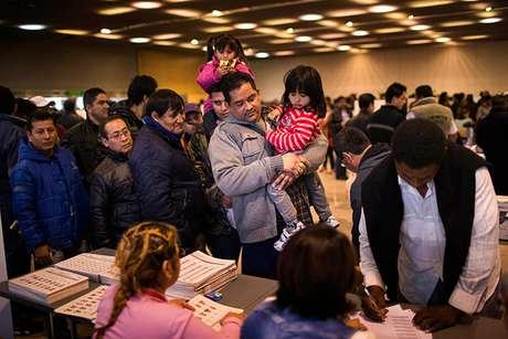 <p>En España residen 480.626 ecuatorianos, según cifras del Instituto Nacional de Estadística (INE), de los que 136.000 estaban registrados para votar en estas elecciones y unos 250.000 tienen la doble nacionalidad.</p>