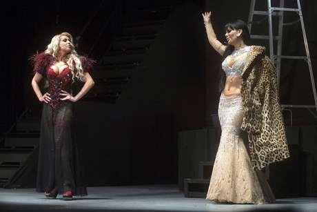 <p>¡Duelo de curvas! Perdón, duelo de bellas actrices. Lorena Herra y Maribel Guardia son las estelares de la obra 'Qué Rico Mambo' que acaba de estrenarse en México</p>