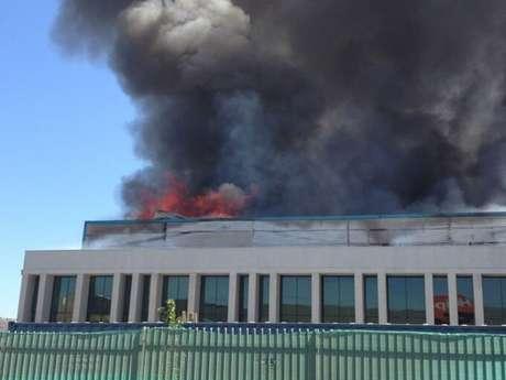 La columna de humo se ve desde distintos puntos de la capital.