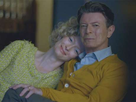 <p>Tilda Swinton & David Bowie are a happy married couple in 'The Stars (Are Out Tonight)' music video.</p>