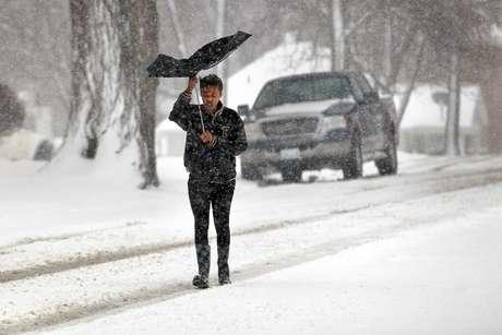 <p>La tormenta invernal que por segundo día azota un área del centro de Estados Unidos, ha dejado miles de casas y oficinas sin electricidad en el noroeste de Texas y sureste de Oklahoma, así como tres fallecimientos. Y ahora se desplaza hacia Chicago, Illinois.</p>