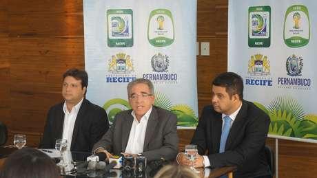 Secretário Ricardo Leitão, ladeado pelo presidente da SPE Arena Pernambuco, Marcos Lessa (esquerda), e pelo secretário municipal do Recife, George Braga, na coletiva organizada para divulgar eventos de abertura da Arena Pernambuco