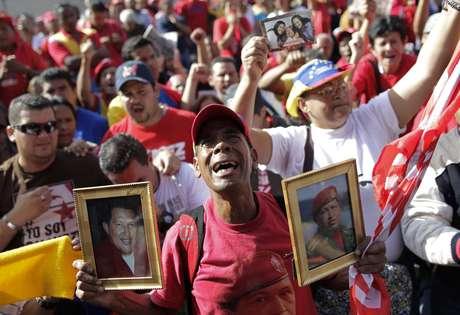 <p>El presidente de Venezuela Hugo Chávez murió el pasado 5 de marzo tras catorce años de gobierno dejando al país inmerso en un escenario de luto e incertidumbre, transformado en un escenario de campaña electoral en el que el protagonista fue elmismo mandatario fallecido. La nación aún vive adaptándose a laera post-Chávez, dicen analistas.</p>