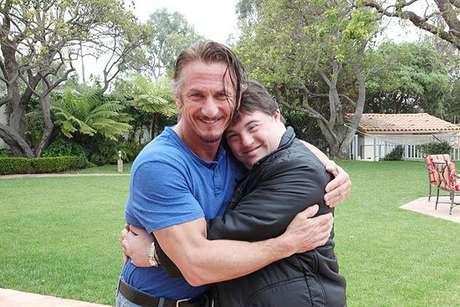 Ariel tira foto abraçado com Sean Penn Foto: Facebook / Reprodução