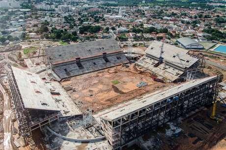 Foto tirada em fevereiro mostra que obras ainda estão longe do fim na Arena Pantanal
