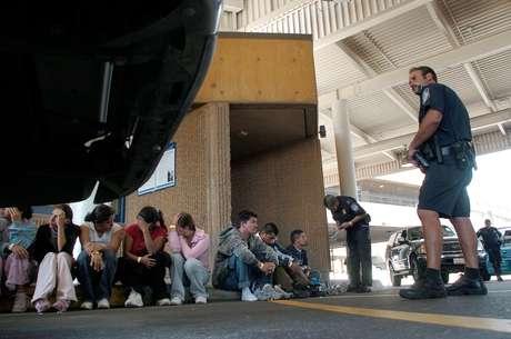 <p>Los agentes encontraron a 30 inmigrantes en la caja del vehículo que los trasladaba hacia Houston.</p>