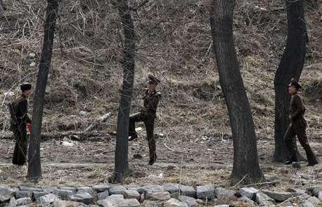 <p>Soldados juegando ala orilla del río Yalu, que hace las veces de frontera a lo largo de cientos de kilómetros entre China y ambas coreas.</p>