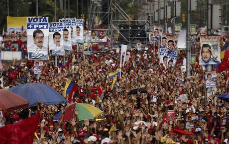 Supporters of opposition leader Henrique Capriles demonstrate for a recount of the votes in Sunday's election, in Caracas, April 15, 2013.