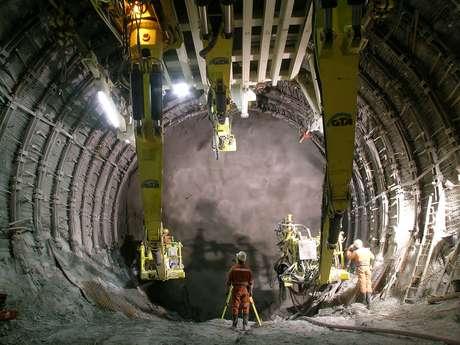 <p><strong>Base Túnel de San Gotardo, Suiza</strong><br />El túnel de base San Gotardo es un túnel ferroviario que se encuentra bajo los Alpes en Suiza. Con una longitud de 57 km, será el túnel ferroviario más largo del mundo. Su fecha de finalización estaba programada para el año 2015, pero problemas surgidos durante la construcción han pospuesto la fecha hasta 2017.</p>