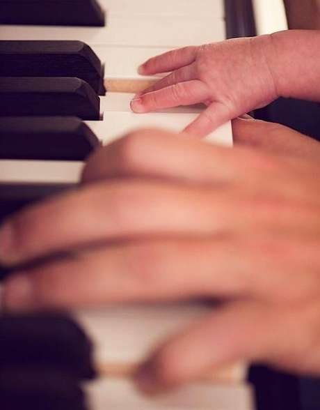 <p>Diego Torres en el piano con Nina, su hija recién nacida. La foto enterneció a todo el planeta twitter.</p>