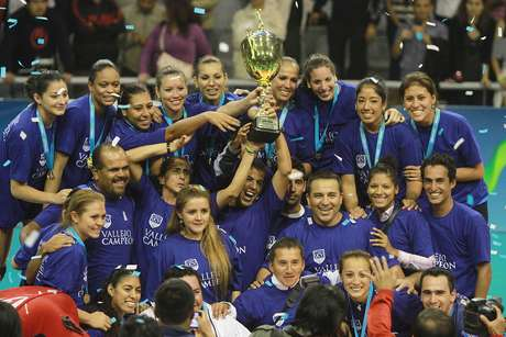 <p>Las trujillanas celebrando con la Copa de la LNSV</p>
