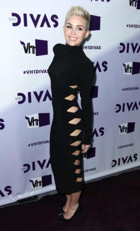 <p>En 2012, <strong>Miley Cyrus </strong>apareció en la alfombra roja con un diseño negro de cuello alto. Un look muy discreto si no llega a ser por los recortes que el modelo lucíaa los laterales.</p>