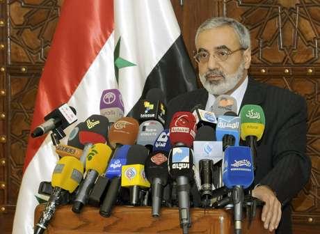 O ministro Al-Zoubi concede entrevista coletiva em Damasco Foto: AP
