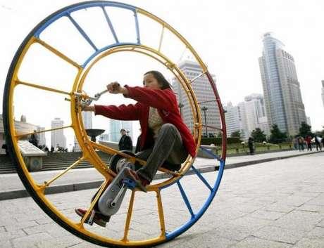 Los pioneros en el llamado unicycle son los chinos, un transporte relativamente común en sus calles, como esta mujer que pasea por Shanghai. Fue creado por Li Yongli, quien lo llamó 'el vehículo número uno del mundo'.