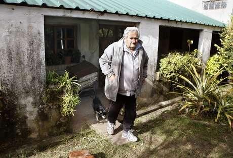 Presidente do Uruguai, José Mujica, na chácara onde mora, perto de Montevidéu, ao lado da famosa cadela de três patas chamada Manuela Foto: EFE