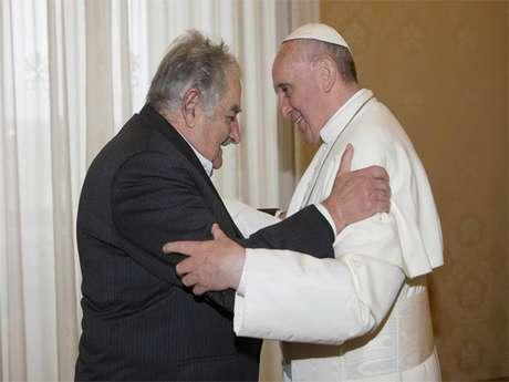 <p>Mujica obsequió una composición y un libro al Papa Francisco.</p>