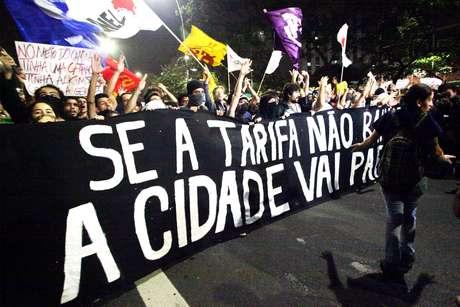 7 de junho - Manifestantes bloquearam a avenida Faria Lima e foram alvo de bombas de gás lacrimogêneo na Marginal Pinheiros Foto: Renato S. Cerqueira / Futura Press