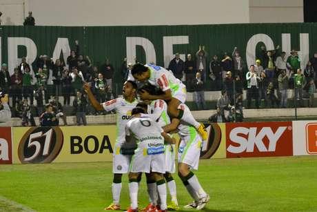 Chapecoense fez quatro gols no primeiro tempo e determinou a vitória