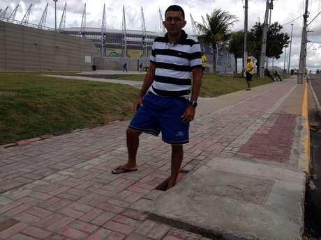 Apesar da reforma, calçada tem buraco que pode causar acidentes Foto: BBCBrasil.com