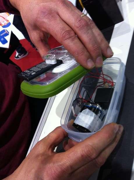 Relé usa duas baterias de 9V em paralelo para iniciar bobina e gerar cerca de 23V para carregar bateria do celular Foto: Déborah Salves / Terra