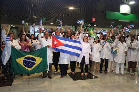 <p>Chegada dos primeiros médicos cubanos no Aeroporto Internacional de Recife, em Pernambuco</p>