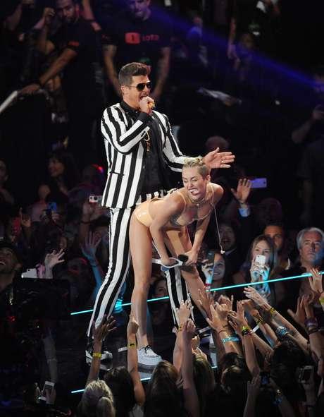 """<p>Miley Cyrus causólocura en los MTV VMA's 2013, mientras le hacía luciendo ropa íntima de látex un """"twerk""""a Robin Thicke, con quien cantó a dúo su hit """"Blurred Lines"""".</p>"""