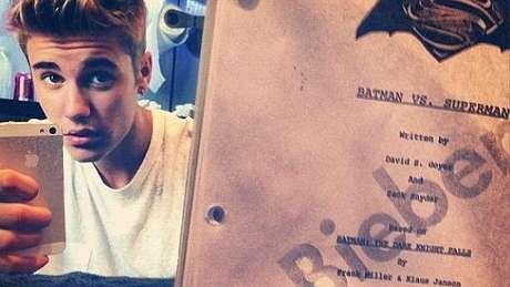 Justin Bieber posa con el guión de 'Batman'