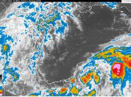 Baja presión se ubica en tierra, en los límites de Quintana Roo y Belice generando nubosidad dispersa sobre la mayor parte de la Península de Yucatán.