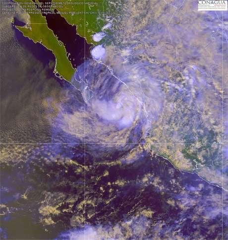 Mantiene una amplia zona de inestabilidad que afecta ya la península de Baja California, el litoral del Pacífico y el occidente del País. Se prevén lluvias muy fuertes y hasta localmente intensas especialmente en Jalisco, Nayarit y Sinaloa