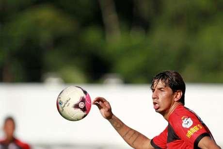Victor Ramos não quis comentar assunto ao chegar no aeroporto; outros jogadores negaram acusações Foto: Felipe Oliveira/EC Vitória / Divulgação