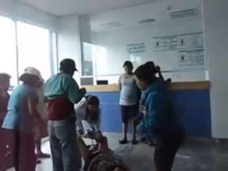 Un video que circula en YouTube muestra el momento en que una mujer da a luz en el piso de la sala de recepción de un hospital en Tehuacán, Puebla.