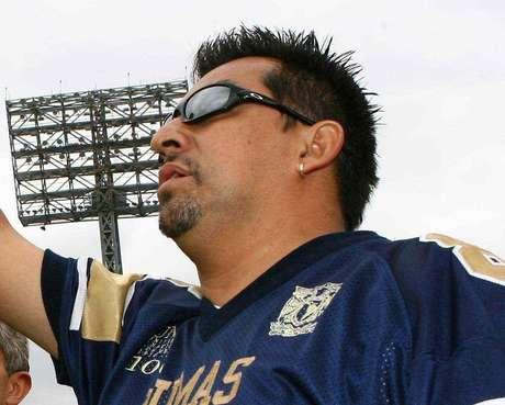 Salvador Reyes, el 'Nariz', durante la entonación del Himno Deportivo Universitario en - rebel-nariz-mexsport14