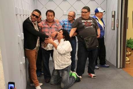 """Kalimba, el carismático coach de """"La Voz Perú"""" grabó como invitado especial en la secuencia """"El ascensor"""" del programa cómico """"El especial del humor""""."""