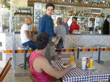 Félix se vê obrigado a aceitar o bico de garçom Foto: TV Globo / Divulgação