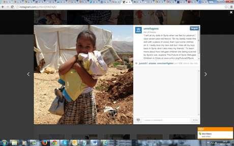 Noura, 7 anos, precisou deixar todos os brinquedos para trás quando fugiu com a família para um campo de refugiados no Líbano. Para alegrá-la, o pai improvisou uma boneca com um pedaço de madeira Foto: Divulgação