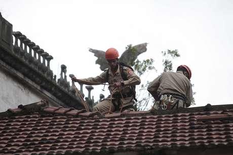 Bombeiros subiram no telhado do Museu do Índio para acompanhar o protesto de Guajajara Foto: Ale Silva / Futura Press