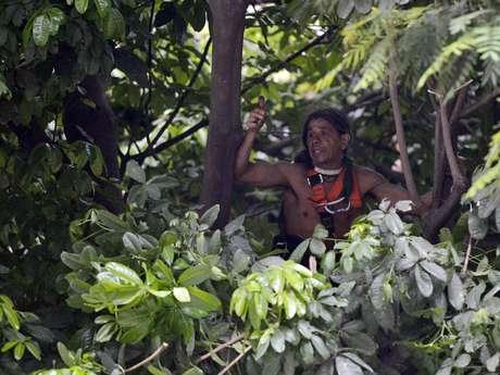O índio José Urutau permaneceu mais de24 horas emuma árvore na Aldeia Maracanã Foto: Daniel Ramalho / Terra