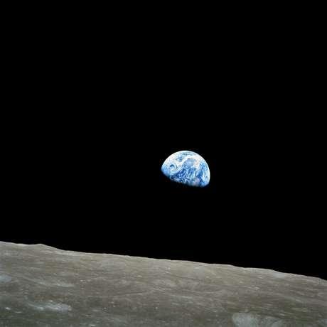 <p><b>24 de dezembro -</b>Há 45 anos, os tripulantes da missão Apollo 8 fizeram a primeira viagem humana à Lua. Aoabandonar a órbita da Terra, oastronauta William Anders registrou uma imagem que ficaria marcada na história: 'Nascer da Terra', feita em em 24 de dezembro de 1968, que mostra o planeta surgindo parcialmente na sombra, como um nascer do Sol. A viagem, que fazia parte do Projeto Apollo, teve duração de seis dias e não levou o homem a pisar na Lua, mas a atingir a órbita do satélite natural</p>