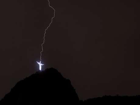<p>Um dos raios atinge a cabeça do Cristo Redentor</p>