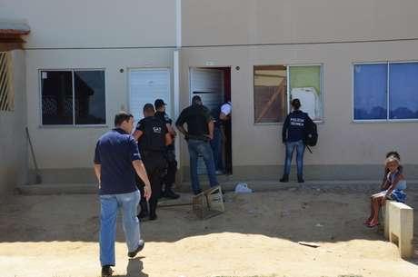 Policiais fazem perícia em casa em que homem teria tentado se refugiar Foto: Anderson Oliveira / vc repórter