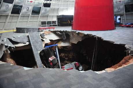 Oito Corvettes foram sugados por um enorme buraco no Museu Nacional do Corvette Foto: Reuters