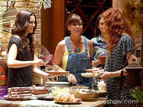 <p>Marina (Tainá Müller) tenta convencer Clara (Giovanna Antonelli)a posar nua</p>