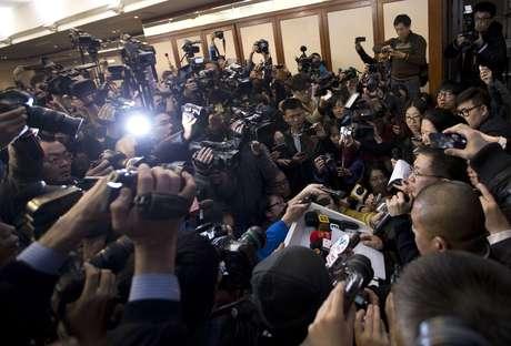 <p><strong>8 de março -</strong>Porta-voz da Malaysia Airlines, a direita,fala com a imprensa em hotel em Beijing, China</p>